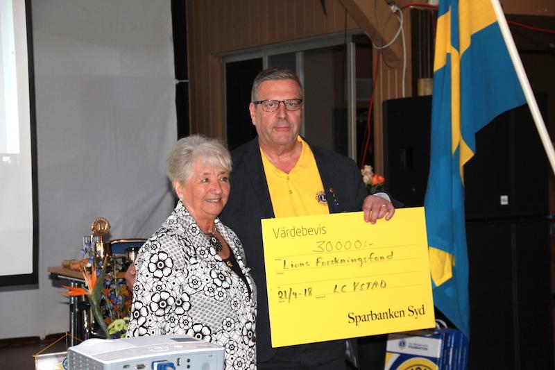 LC Ystad överlämnar en gåva till Lions Forskningsfond Skåne