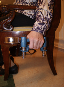 Mätning av handgreppsstyrka (HGS) på patient med Parkinsons sjukdom